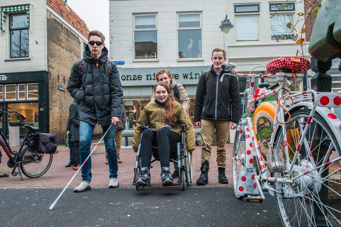 Studenten van mboRijnland onderzoeken de toegankelijkheid van de binnenstad voor mindervaliden.
