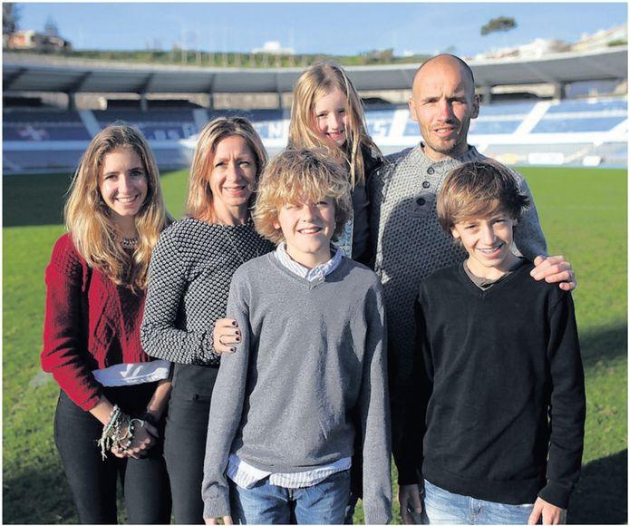 Mitchell van der Gaag vier jaar geleden met zijn gezin, onder wie zoon Jordan.