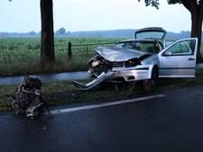 Auto botst op boom en verliest motorblok in Haaksbergen