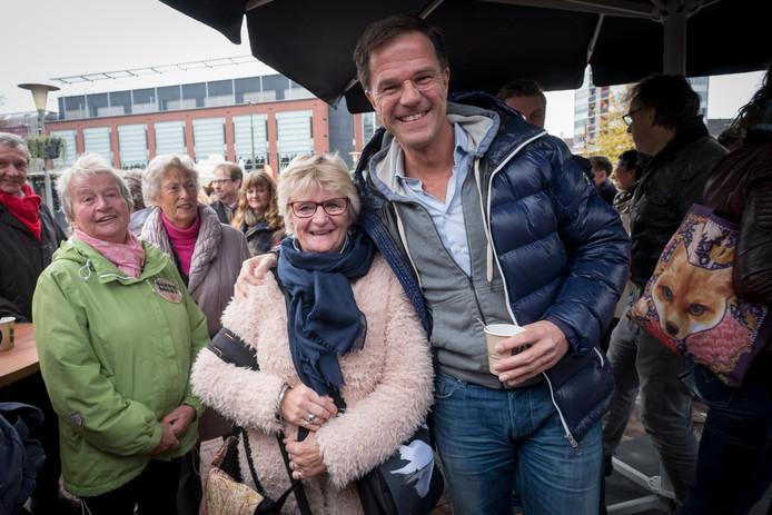 Premier Mark Rutte (VVD) poseert in Arnhem tijdens de campagne voor de Tweede-Kamerverkiezingen in 2017.