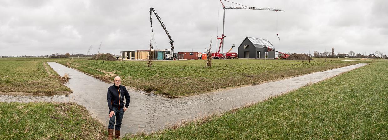 Eigenaar Jos Droogh op zijn landgoed Langeraar. Achter hem verrijzen de eerste woningen. 'Bijna alle kavels zijn verkocht', zegt Droogh. Beeld Harry Cock / de Volkskrant