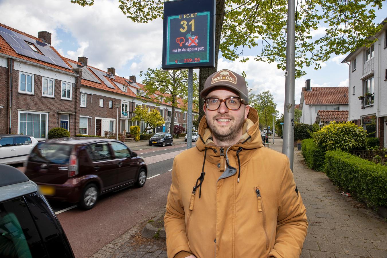 Sander Ras bij de snelheidsmeterspaarpot in de Eindhovense Sint Bonifaciuslaan.