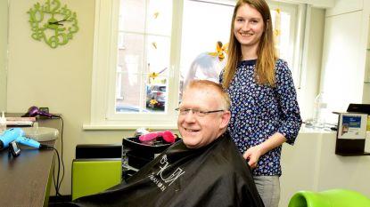 Ook al woont hij nu in Holsbeek, pastoor Penne laat nog steeds zijn haar knippen in Galmaarden