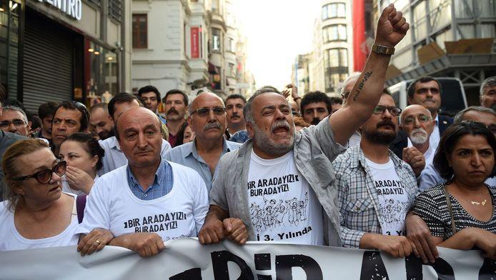 Turken demonstreren tegen de bouwplannen voor het Gezipark.