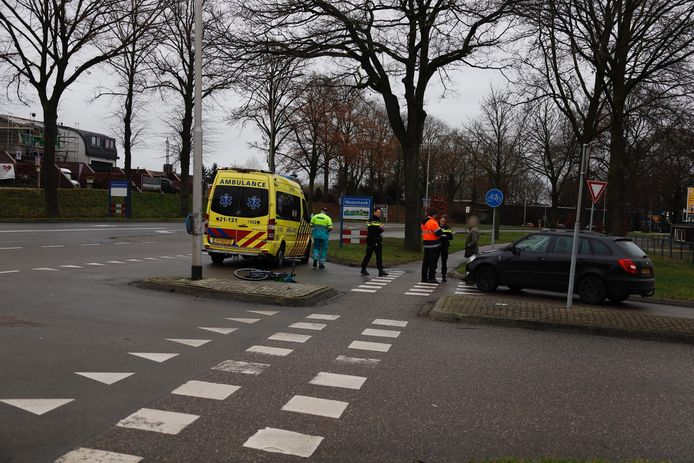 Een fietser is donderdag gewond geraakt op de Rijksweg in Molenhoek doordat hij werd aangereden door een auto.