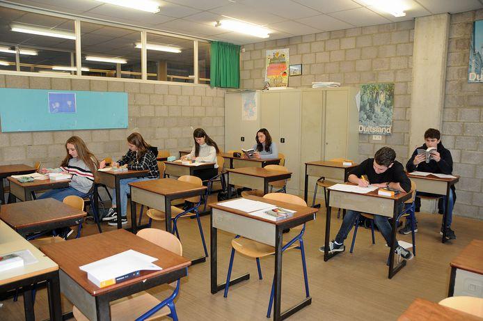 Tot nu toe mochten alleen examenklassen wel naar school komen. Vanaf donderdag krijgen zij ook thuis online les.