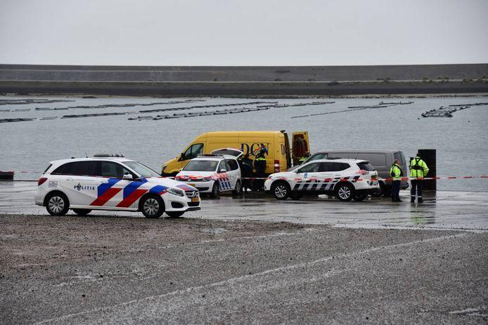 De politie verricht onderzoek op de plaats waar de auto is aangetroffen.