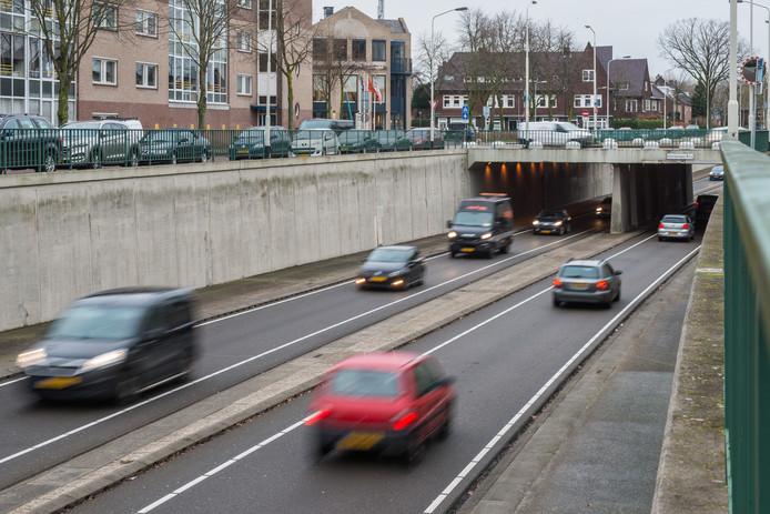 De tunnelbak op de zuidelijke rondweg gaat, onder de Ginnekenweg door.