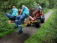 Mountainbiker raakt in Beerze op onbereikbare plek gewond: omwonende schiet te hulp met shovel en pallets