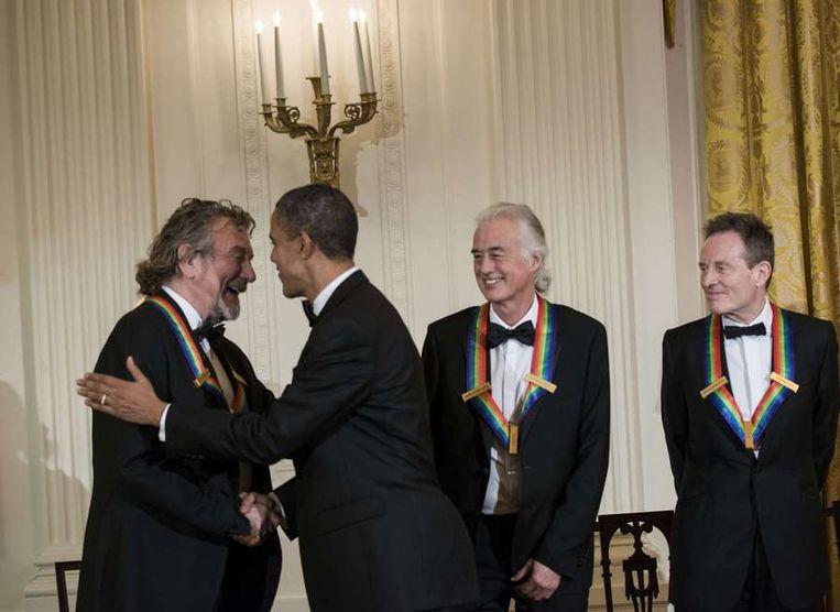 Barack Obama deelt de Kennedy Center Honors uit aan de leden van Led Zeppelin. Beeld afp