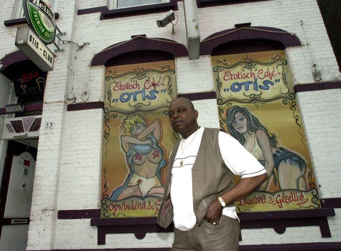 Johnny Otis voor zijn Erotisch Café Otis in de Damstraat.