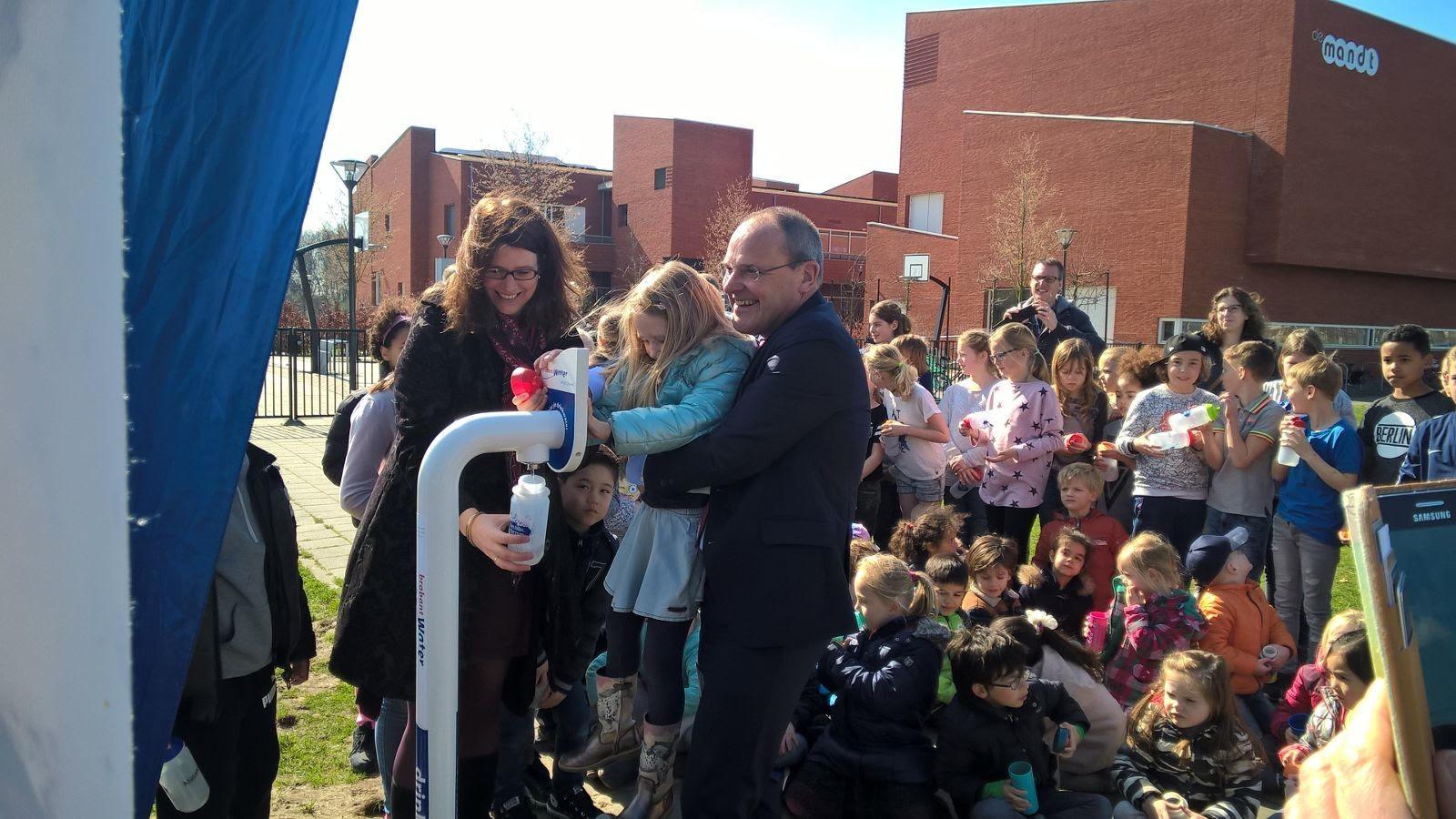 De opening van het eerste tappunt van deze nieuwe reeks, bij Brede school De Mandt in Teteringen, door wethouder Miriam Haagh en de algemeen directeur van Brabant Water, Guïljo van Nuland.