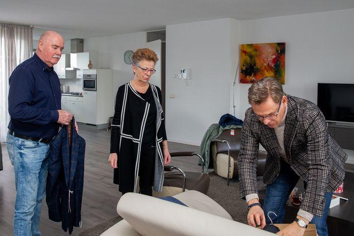 Hans Juckers maakt gebruik van de service die De Zaak van Ruud biedt. Hij heeft twee colberts en een jas besteld. Ruud Donders van de herenmodezaak komt naar Juckers toe, laat hem de kledingstukken passen en voorziet hem van advies. Onder het toeziend oog van Juckers' vrouw Marianne.