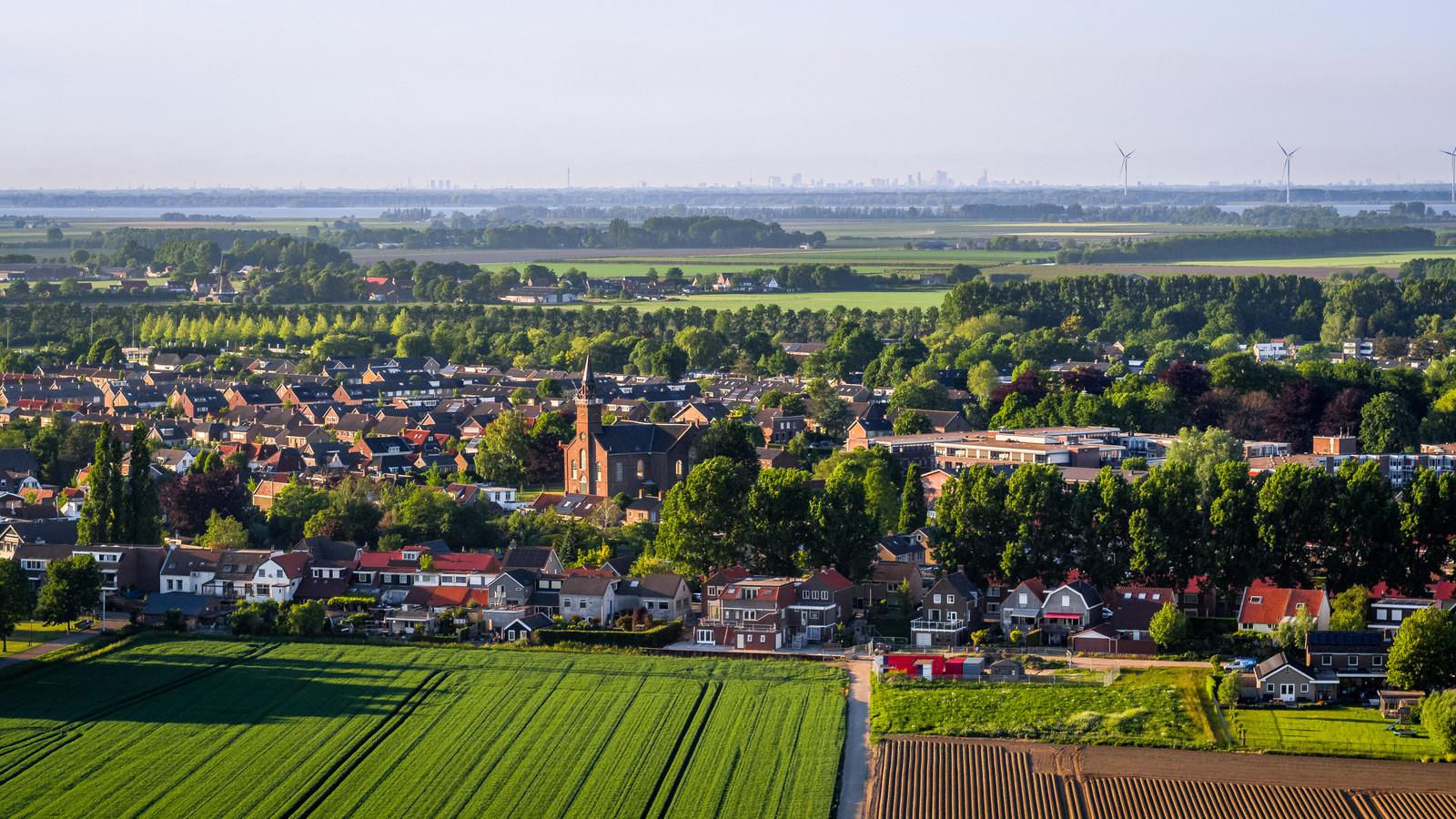 Luchtfoto van het dorp Fijnaart.