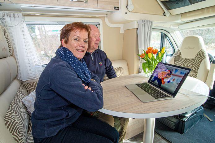 De moeder van Thomas Krol kijkt met haar partner vanuit een camper op het parkeerterrein van Thialf naar de verrichtingen van haar zoon op de WK Afstanden.