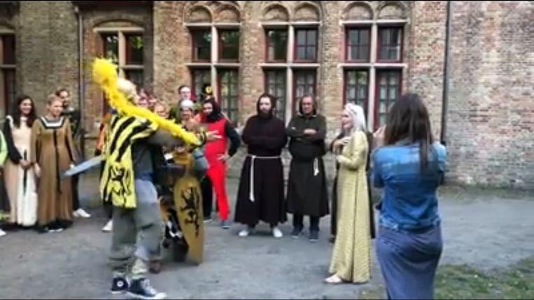 Wouter organiseerde een middeleeuws toneelstuk om Laura ten huwelijk te vragen.