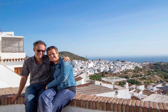 Met haar man Geertaan het uitzichtpuntboven Frigiliana.