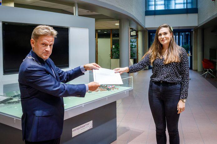 Julia Bartelink heeft vanavond haar lijst met steunbetuigingen bij burgemeester Rob Bats van Steenwijkerland ingeleverd. Ze is tegen zwarte piet op traditionele wijze.