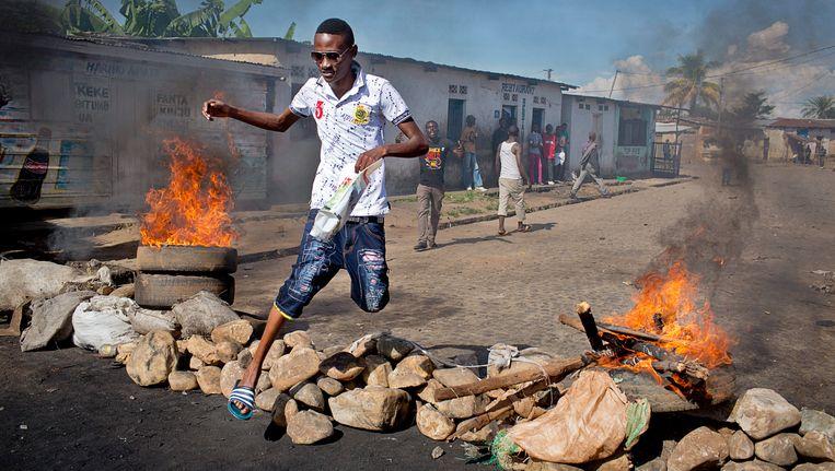 Een barricade in de straten van de Burundese hoofdstad Bujumbura. Beeld AP