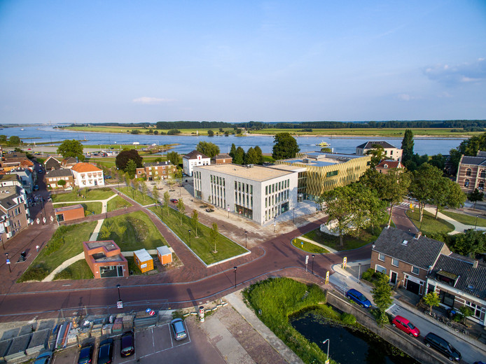Zinder cultuurcentrum en parkeergarage Westluidense Poort uit de lucht.