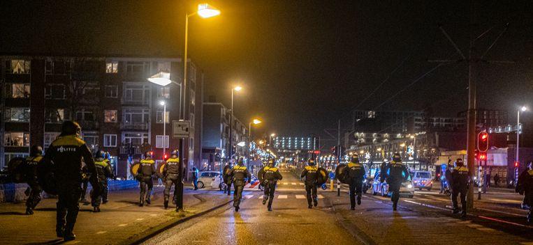De politie treedt dinsdagavond in Amsterdam-Osdorp op tegen jongeren die zwaar vuurwerk afsteken. Beeld Joris van Gennip