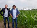 Koenraad De Ceuninck en Stefaan Standaert aan het stuk grond waarover het gaat.