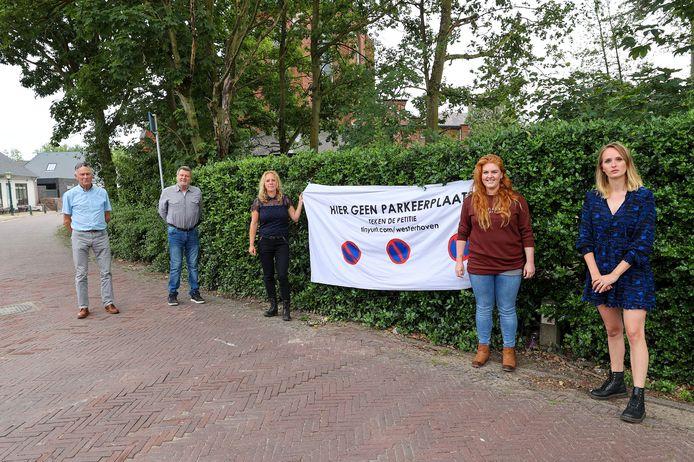 Joop Kock en Ad Bone  van de Dorpsraad en Karin Daris, Willeke Brouwers en  Marieke van de Looij (vlnr).