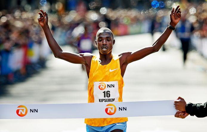 De Keniaan Marius Kipserem won in 2016 de marathon van Rotterdam in 2.06,11.