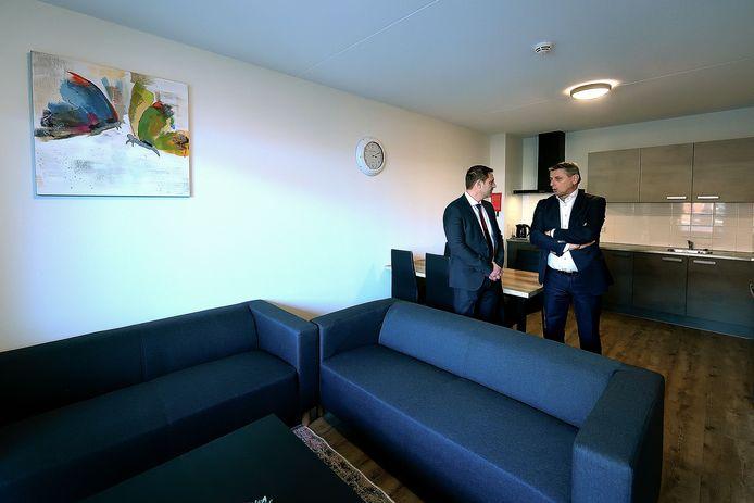 Ilyas Etik (l) en wethouder Toine Theunis bij de opening van het migrantencomplex van Atik Uitzendbureau aan de GAstelseweg vorig jaar. Etik wil dat gebouw (224 bewoners) uitbreiden. Er zijn nog drie plannen voor migrantenhotels in Roosendaal.