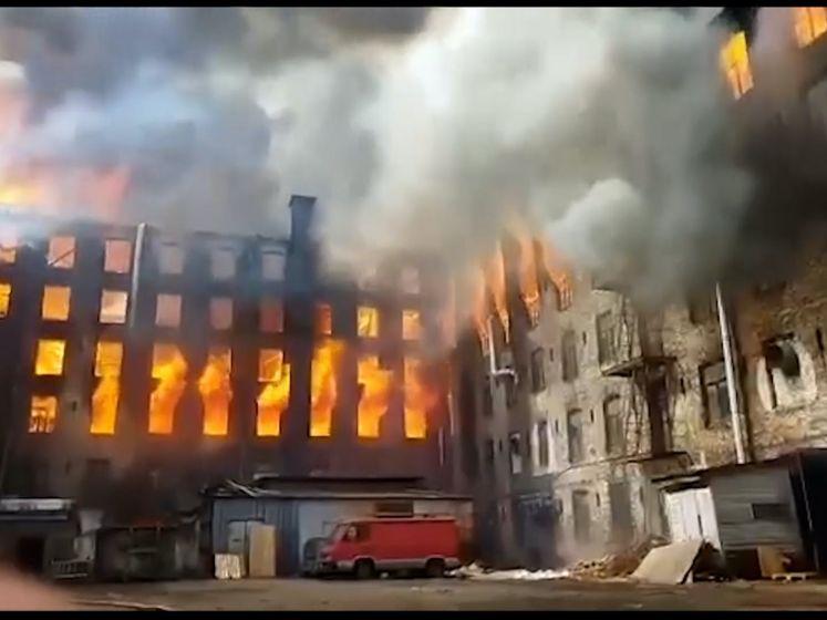Historische fabriek in Sint-Petersburg gaat in vlammen op