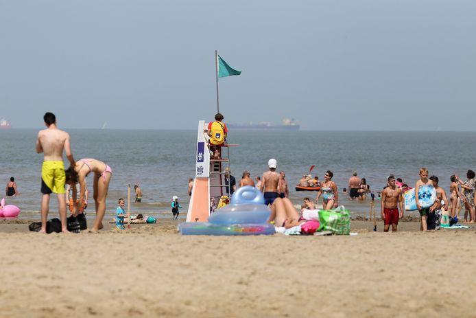 Door het nog steeds wegtrekkende water is er plaats genoeg op het strand.