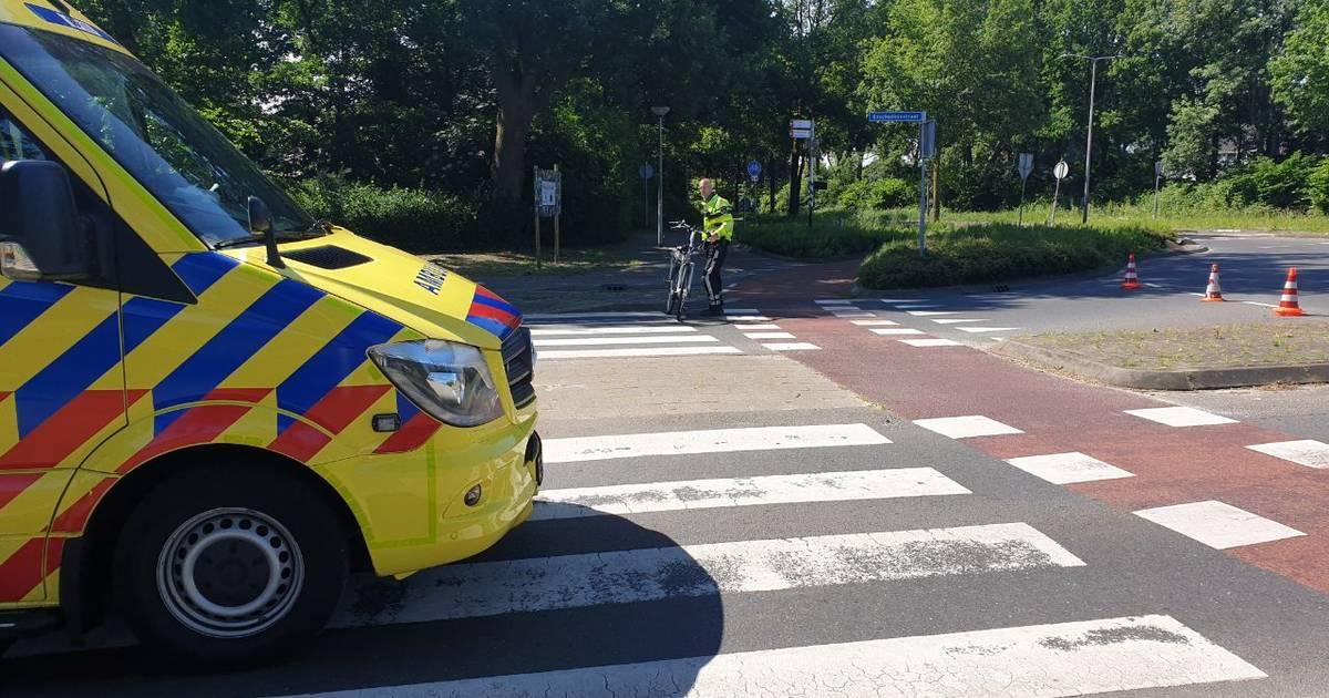 Fietsster naar ziekenhuis na aanrijding op rotonde in Losser.