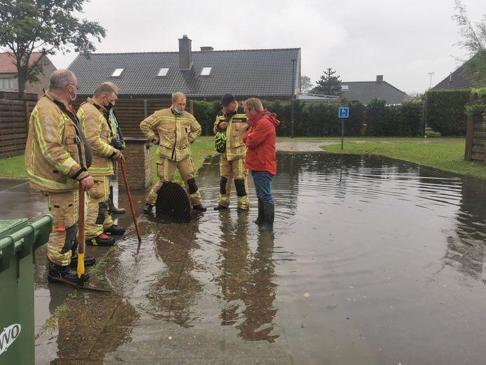 De brandweer probeert het water weg te krijgen.