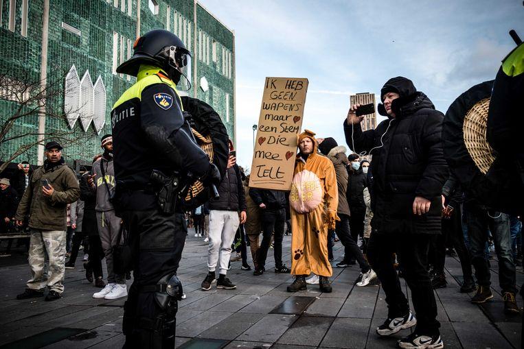 De politie tegenover demonstranten op het 18 Septemberplein in Eindhoven.  Beeld ANP