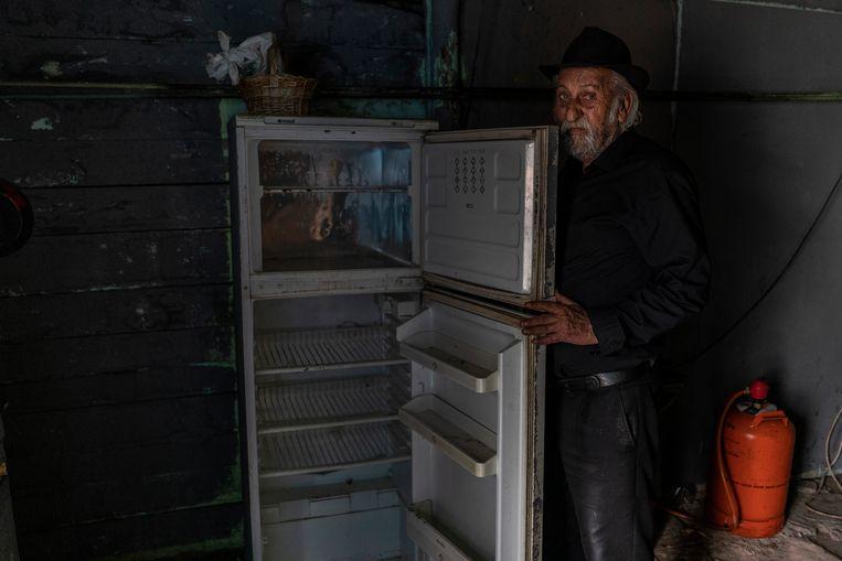 De 85-jarige Isidro Fernández Montes toont zijn koelkast. Beeld Olmo Calvo
