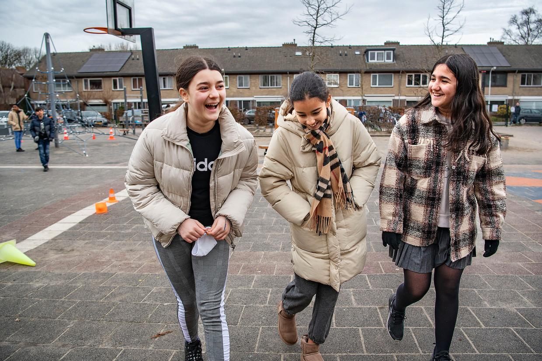 Talia (links) met twee vriendinnen tijdens de pauze  Beeld Guus Dubbelman / de Volkskrant