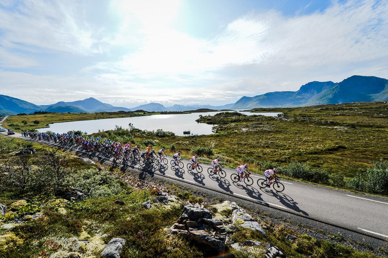 In etappe twee van de Arctic Race of Norway is het peloton op weg naar Svolvær.