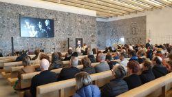 VIDEO. Muziekwereld neemt afscheid van Willy Willy tijdens uitvaartceremonie in crematorium Aalst
