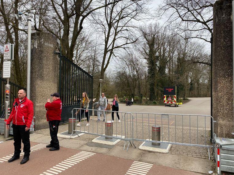 Ook de ingang aan de Amstelveenseweg is nu afgesloten. Beeld Het Parool