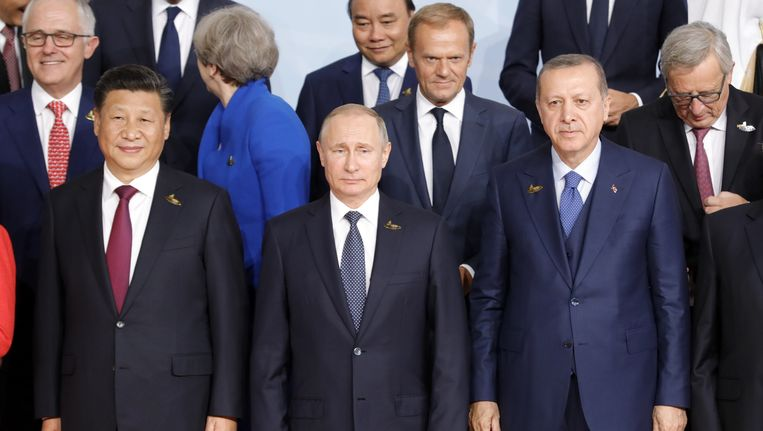 Xi Jinping (L) en Vladimir Poetin (C) naast de Turkse president Recep Tayyip Erdogan op de officiële foto van de G20-top. Achter Poetin staat EU-president Donald Tusk. Beeld epa