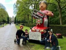 Vrienden uit Tilligte brengen jarige Máxima een opgeblazen Sarah mét traditionele tekst