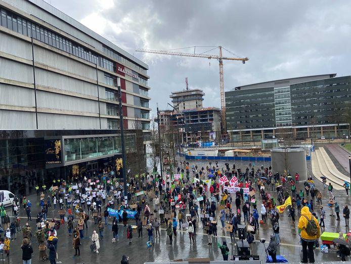 Honderden demonstraten voeren op het Jaarbeursplein actie voor een 'eerlijk en daadkrachtig klimaatbeleid'.