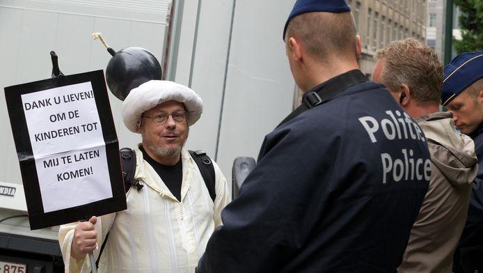 Een manifestant met een bom op het hoofd werd geïnterpelleerd door de politie.