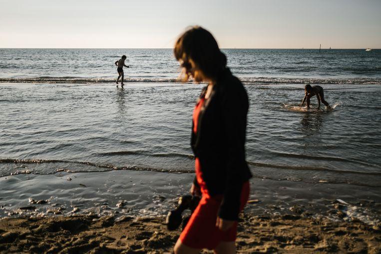 Aan het strand van Koksijde:  'Al die mensen die in drommen naar de kust rijden en er uren voor in de file staan: ik begrijp ze niet', zegt Linda De Win. 'Twee weken aan de kust is voor mij de hel.' Beeld Wouter Van Vooren