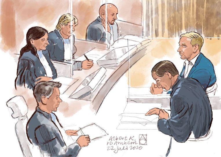 Rechtbanktekening van Albert K. (R) met zijn advocaat Geert-Jan Knoops in de rechtbank.  Beeld ANP