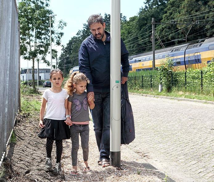 Het schelpenpad loopt zeer lastig en is ook nog voorzien van obstakels naar de moskee in Bergen op Zoom