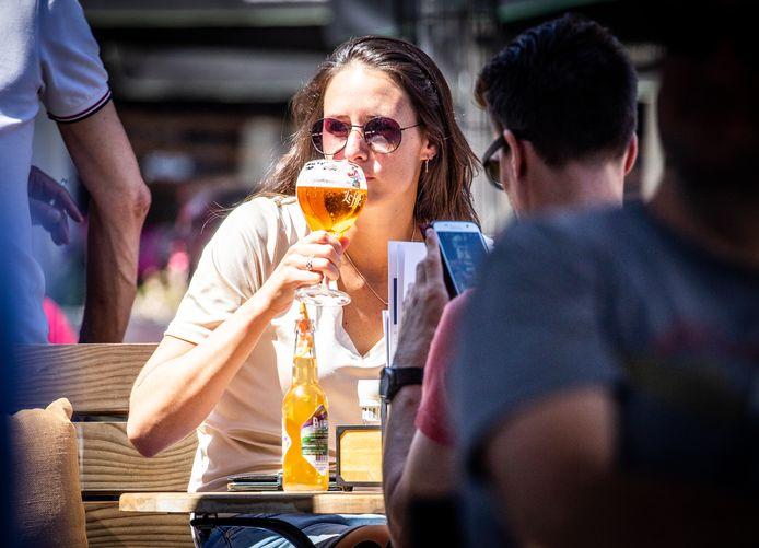 In de zon op het terras in Dordrecht, zomer 2020.