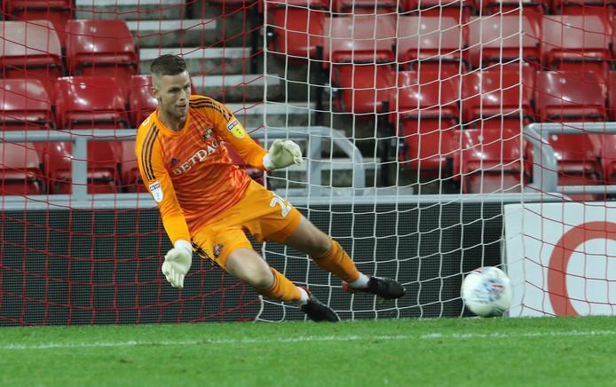 Robbin Ruiter stopt een penalty namens Sunderland, dat zondag op een vol Wembley om promotie speelt.