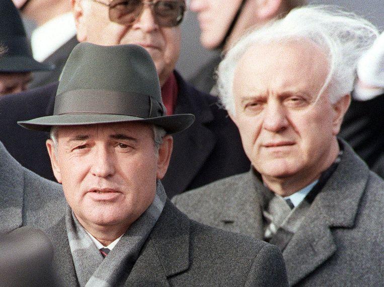 Voormalig Sovjetleider Michail Gorbatsjov en zijn toenmalige minister van Buitenlandse Zaken Sjevardnadze. Beeld AFP