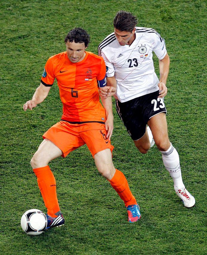 EK 2012: Mario Gomez in duel met Mark van Bommel.